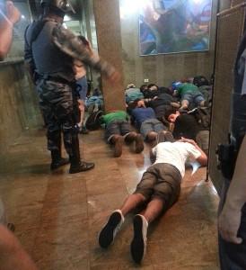 Foto de capa da edição de 26 de janeiro feita com celular durante os protestos do dia anterior