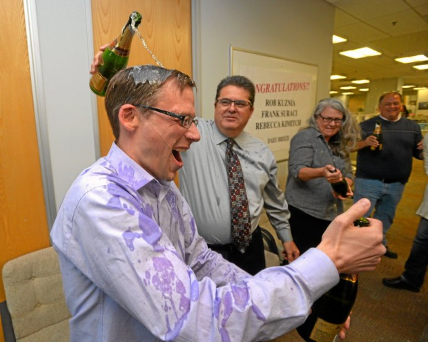 "Rob Kuznia celebrando o Pulitzer recebido com seus ex-companheiros do ""Daily Breeze"". (Crédito: Scott Varley/The Daily Breeze via AP)"