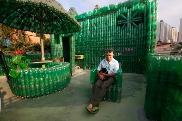 Antenor Feitosa, morador de Paraisópolis (zona sul de SP), em sua casa de garrafas pet; reportagem feita pelo blog Mural (crédito: Joel Silva/ Folhapress)
