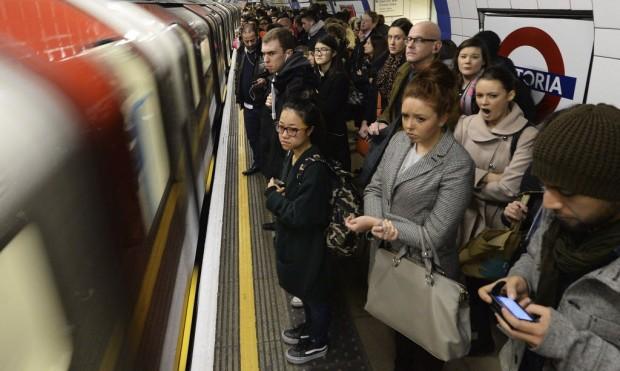 Usuários em estação de metrô em Londres (Andy Rain/ EFE)