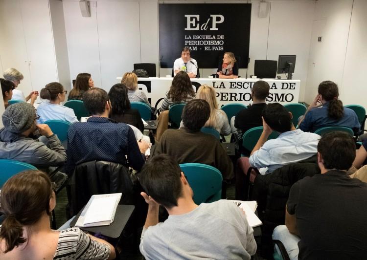 """O presidente da região espanhola de Extremadura, Guillermo Fernández Vara, e a a diretora da Escola de Jornalismo do """"EL Paíz"""", Belén Cebrián (Foto: Reprodução/Facebook)"""