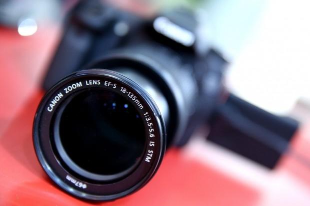 Câmera Canon é exposta em feira de negócios de fotografia (Foto: Flavio Florido/UOL)