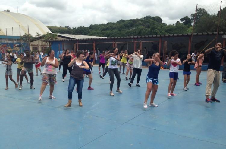 Grupo participou de aula de zumba com o professor Thomaz Pro, no Centro de Referência da Juventude.