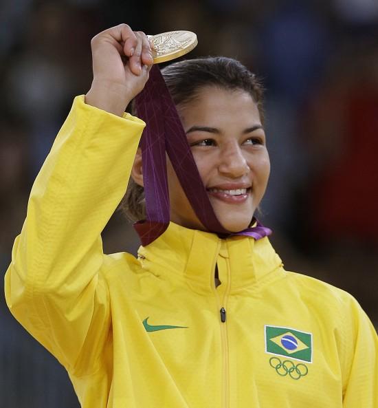 Atleta do judô Sarah Menezes segura medalha de ouro conquistada na Olimpíada de Londres (Foto: Paul Sancya 28.jul.2012/AP)
