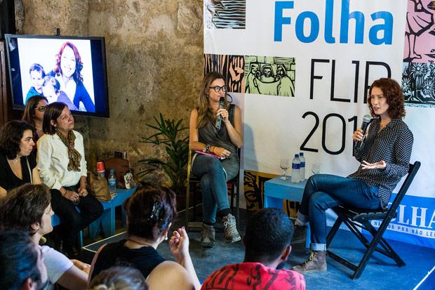 As jornalistas Patrícia Campos Mello (esq.) e Teté Ribeiro durante debate na Casa Folha, na Flip