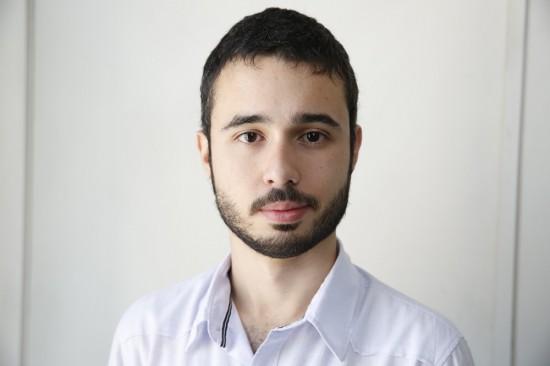 "Jornalista Bruno Molinero recebeu o Prêmio Guavira pelo livro de poesia ""Alarido"" (Joel Silva/Folhapress)"