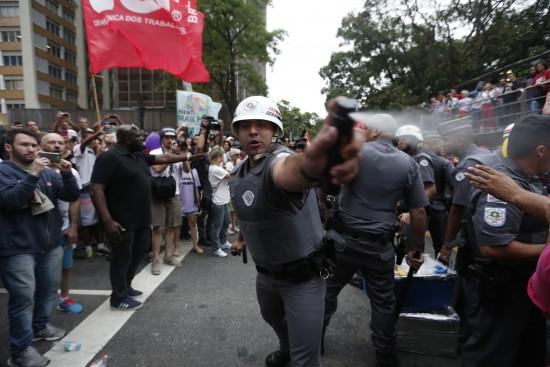 Manifestante grava ação da polícia durante protesto na avenida Paulista (Foto: Danilo Verpa/Folhapress)
