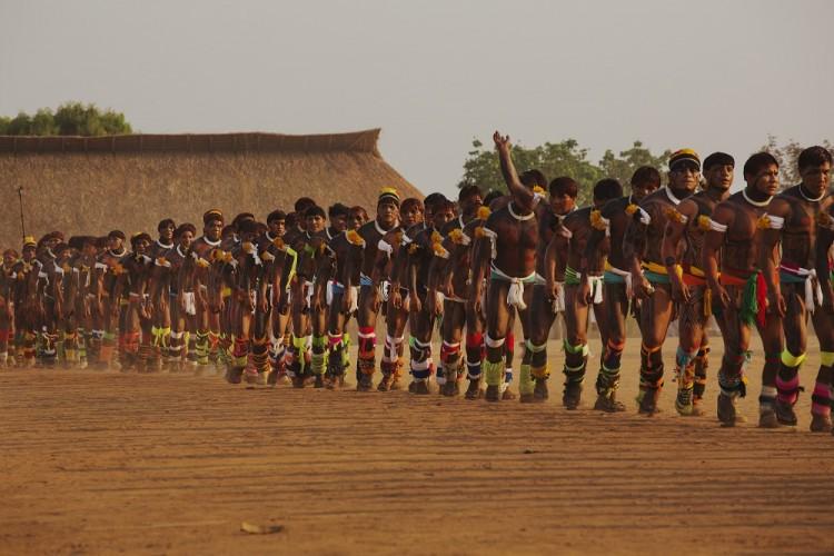 Indígenas dançam  durante o Quarup na aldeia Yawalapiti, no Parque Indígena do Xingu, Mato Gosso. ( Foto: Lalo de Almeida/ Folhapress)