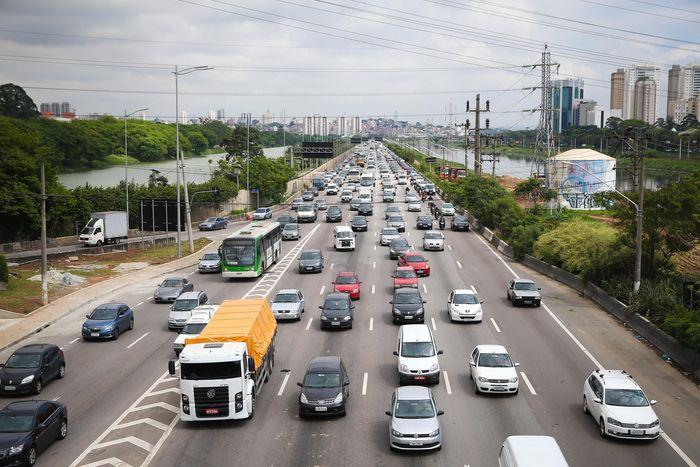 SAO PAULO, SP, BRASIL, 05-10-2015 - Vista geral da marginal Pinheiros , altura da ponte cidade jardim - Raio X das Marginais - Panorama geral das vias. (Foto: Zanone Fraissat/Folhapress, COTIDIANO) ***EXCLUSIVO FOLHA****